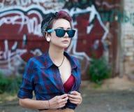 Κορίτσι Emo στα καρφίτσα-επάνω γυαλιά ηλίου Στοκ Φωτογραφία