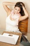 Κορίτσι Flirty μπροστά από το lap-top της Στοκ φωτογραφία με δικαίωμα ελεύθερης χρήσης