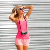 Κορίτσι Hipster με την αναδρομική κάμερα Στοκ φωτογραφία με δικαίωμα ελεύθερης χρήσης