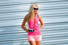 Κορίτσι Hipster με την αναδρομική κάμερα Στοκ Εικόνες