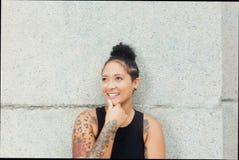 Κορίτσι Hipster με τις δερματοστιξίες και να διαπερνήσει να φανεί λοξά υπαίθριος το καλοκαίρι Στοκ Φωτογραφία
