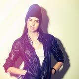Κορίτσι Hipster με το καπέλο beanie που παρουσιάζει τοποθέτηση στοκ φωτογραφία με δικαίωμα ελεύθερης χρήσης