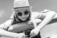 Κορίτσι Hipster που γράφει sms στην οδό πόλεων Στοκ Εικόνες