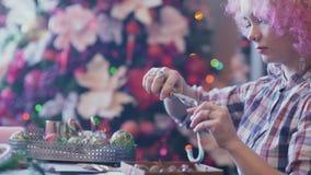 Κορίτσι Hipster που κάνει τις διακοσμήσεις Χριστουγέννων απόθεμα βίντεο