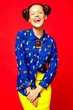 Κορίτσι Hipster στα περιστασιακά ζωηρόχρωμα θερινά ενδύματα στο στούντιο Στοκ Φωτογραφίες