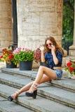 Κορίτσι Hipster στα σορτς πουκάμισων και τζιν στο τηλέφωνο Στοκ φωτογραφία με δικαίωμα ελεύθερης χρήσης