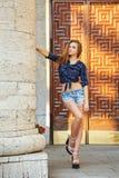 Κορίτσι Hipster στα σορτς πουκάμισων και τζιν Στοκ φωτογραφία με δικαίωμα ελεύθερης χρήσης