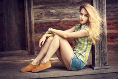 Κορίτσι Hipster υπαίθρια Μόδα ύφους οδών Στοκ Εικόνες