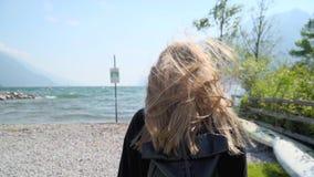 Κορίτσι Hipster Blode από τη λίμνη απόθεμα βίντεο