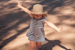 Κορίτσι Ittle στο φόρεμα και το καπέλο Στοκ Φωτογραφίες