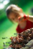 κορίτσι kebab shish Στοκ φωτογραφία με δικαίωμα ελεύθερης χρήσης