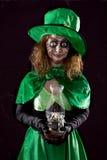 Κορίτσι Leprechaun με ένα φορητό ελαφρύ, μαύρο υπόβαθρο, έννοια Στοκ εικόνα με δικαίωμα ελεύθερης χρήσης