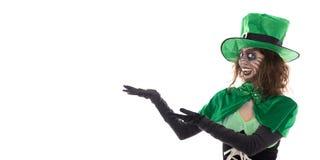 Κορίτσι Leprechaun που παρουσιάζει στο copyspace, που απομονώνεται στο λευκό Στοκ Φωτογραφίες
