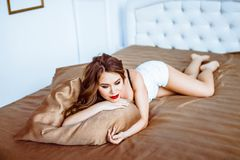 Κορίτσι lingerie στο κρεβάτι Στοκ εικόνες με δικαίωμα ελεύθερης χρήσης