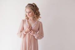 Κορίτσι lingerie στο ροζ πυτζαμών Στοκ φωτογραφία με δικαίωμα ελεύθερης χρήσης