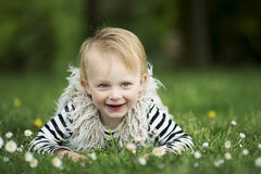 Κορίτσι Litlle στη χλόη Στοκ εικόνες με δικαίωμα ελεύθερης χρήσης