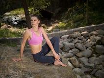 Κορίτσι meditates στη θέση λωτού Στοκ Εικόνες