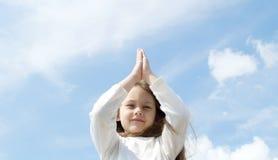 κορίτσι meditates Στοκ φωτογραφίες με δικαίωμα ελεύθερης χρήσης