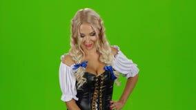 Κορίτσι Oktoberfest με την μπύρα Βαυαρικό κορίτσι πράσινη οθόνη απόθεμα βίντεο