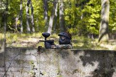 Κορίτσι Paintball που ψάχνει τους εχθρούς Στοκ εικόνες με δικαίωμα ελεύθερης χρήσης