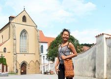 Κορίτσι Papuan μπροστά από το ναό μοναστηριών της υπόθεσης της Virgin Mary Στοκ Εικόνα