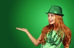 κορίτσι patricks ST ημέρας Εύθυμη νέα γυναίκα με το πράσινο καπέλο Στοκ Φωτογραφία
