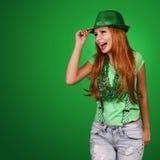 κορίτσι patricks ST ημέρας Εύθυμη νέα γυναίκα που φορά το καπέλο Στοκ Φωτογραφία