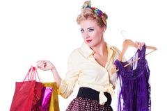 Κορίτσι Pinup με τις τσάντες και το φόρεμα αγορών Στοκ Φωτογραφία