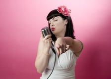 κορίτσι pinup που τραγουδά Στοκ εικόνες με δικαίωμα ελεύθερης χρήσης