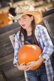 Κορίτσι Preteen που έχει τη διασκέδαση στο μπάλωμα κολοκύθας Στοκ Εικόνα