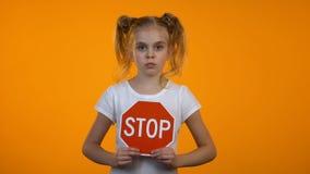 Κορίτσι Preteen που παρουσιάζει σημάδι στάσεων, οικογενειακό misbehavior, προστασία δικαιωμάτων παιδιών απόθεμα βίντεο
