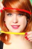 Κορίτσι Redhair που κρατά τη γλυκιά καραμέλα ζελατίνας τροφίμων σε πράσινο Στοκ Εικόνες