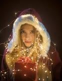 Κορίτσι Santa με το κιβώτιο στη γιρλάντα στοκ φωτογραφία με δικαίωμα ελεύθερης χρήσης