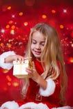 Κορίτσι Santa πριν από το αστραμμένο υπόβαθρο στοκ φωτογραφίες
