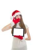 Κορίτσι Santa Sleeepy που παρουσιάζει υπολογιστή ταμπλετών με την κενή οθόνη στοκ εικόνες με δικαίωμα ελεύθερης χρήσης