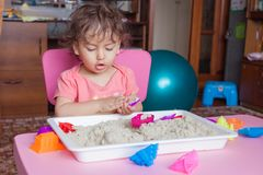 Κορίτσι sculpts από την άμμο στο δωμάτιό της Στοκ Εικόνες
