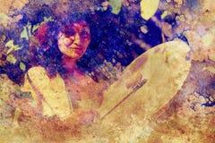 Κορίτσι Shamanic με το τύμπανο πλαισίων δομημένο στο περίληψη υπόβαθρο Στοκ Εικόνα