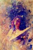 Κορίτσι Shamanic με το τύμπανο πλαισίων δομημένο στο περίληψη υπόβαθρο Στοκ εικόνα με δικαίωμα ελεύθερης χρήσης