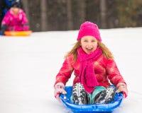 Κορίτσι Sledding - που εκφράζει τη χαρά Στοκ εικόνα με δικαίωμα ελεύθερης χρήσης