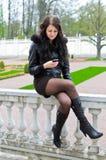 κορίτσι sms που γράφει Στοκ Εικόνες