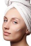 Κορίτσι SPA ανασκόπησης λουτρών όμορφες σωμάτων νεολαίες λευκών γυναικών προσοχής απομονωμένες έννοια skincare τέλειο δέρμα Στοκ Φωτογραφίες