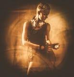 Κορίτσι Steampunk που εξετάζει το χρονόμετρο με διακόπτη Στοκ Εικόνες