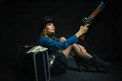 Κορίτσι Steampunk που οπλίζεται και επικίνδυνο Στοκ φωτογραφία με δικαίωμα ελεύθερης χρήσης