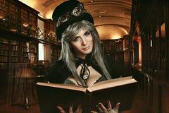 Κορίτσι Steampunk στη βασιλική βιβλιοθήκη Στοκ φωτογραφία με δικαίωμα ελεύθερης χρήσης
