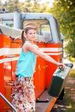 Κορίτσι Steampunk στο καπέλο στην παλαιά ατμομηχανή ατμού μαλλιαρό κόκκινο ομορφιάς Εκλεκτής ποιότητας πορτρέτο του τελευταίου αι Στοκ Φωτογραφία