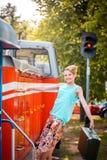 Κορίτσι Steampunk στο καπέλο στην παλαιά ατμομηχανή ατμού μαλλιαρό κόκκινο ομορφιάς Εκλεκτής ποιότητας πορτρέτο του τελευταίου αι Στοκ φωτογραφία με δικαίωμα ελεύθερης χρήσης