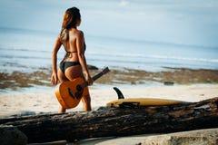 Κορίτσι Surfer που περπατά στην παραλία Στοκ φωτογραφίες με δικαίωμα ελεύθερης χρήσης