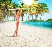 Κορίτσι Surfer σε μια τροπική παραλία Στοκ φωτογραφίες με δικαίωμα ελεύθερης χρήσης