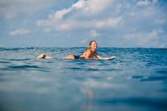 Κορίτσι Surfer στην ιστιοσανίδα Γυναίκα με την ιστιοσανίδα στον ωκεανό Surfer και ωκεανός Στοκ εικόνα με δικαίωμα ελεύθερης χρήσης
