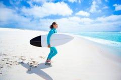 Κορίτσι Surfer στην παραλία Στοκ φωτογραφία με δικαίωμα ελεύθερης χρήσης